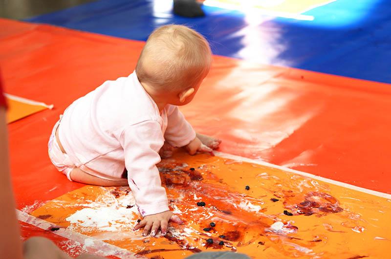 Kuvituskuva vauvasta värikylvyssä
