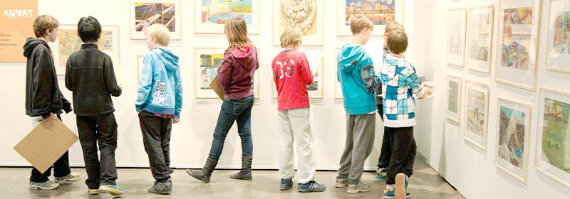 Kuvituskuva lapsista näyttelyssä