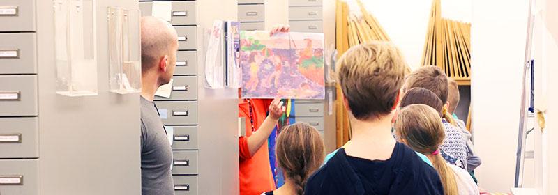 Kuvituskuva oppilaista ja arkistokaapeista
