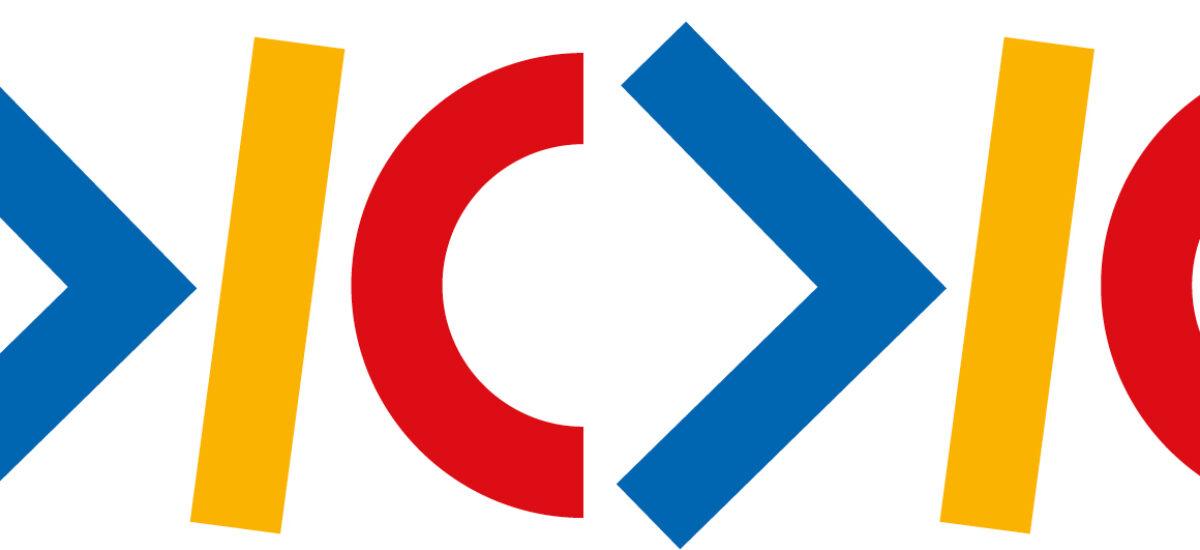 Valkoisella pohjalla sinisiä, punaisia ja keltaisia geometrisiakuvioita.