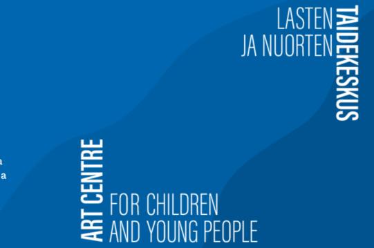 Kirkkaan sininen laatikko jossa aaltoilevaa kuviota pohjalla. Vasemmalla alhaalla valkoisella Art centre for children and young people. Oikealla yläkulmassa valkoisella Lasten ja nuorten taidekeskus-logo.